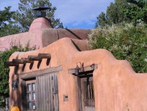 サンタフェの民家。日干し煉瓦を積み、泥で固めた壁が美しい。